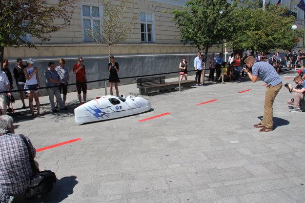 Študenti z TUKE predstavia nové vozidlo na benzínový pohon.