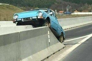 Auto zostalo celé.