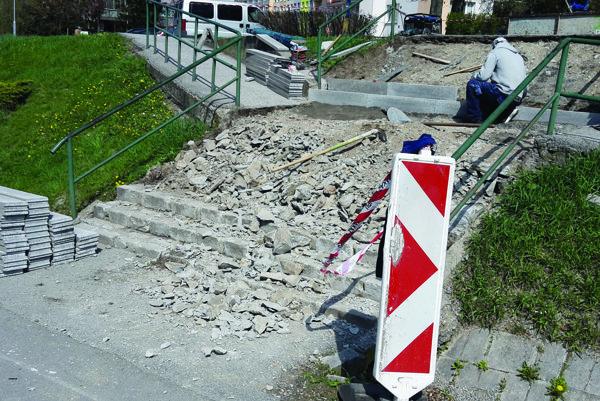 Schodisko v rekonštrukcii. Najmä starší obyvatelia Furče ocenia, že nebudú musieť kľučkovať medzi popraskaným asfaltom a betónom.