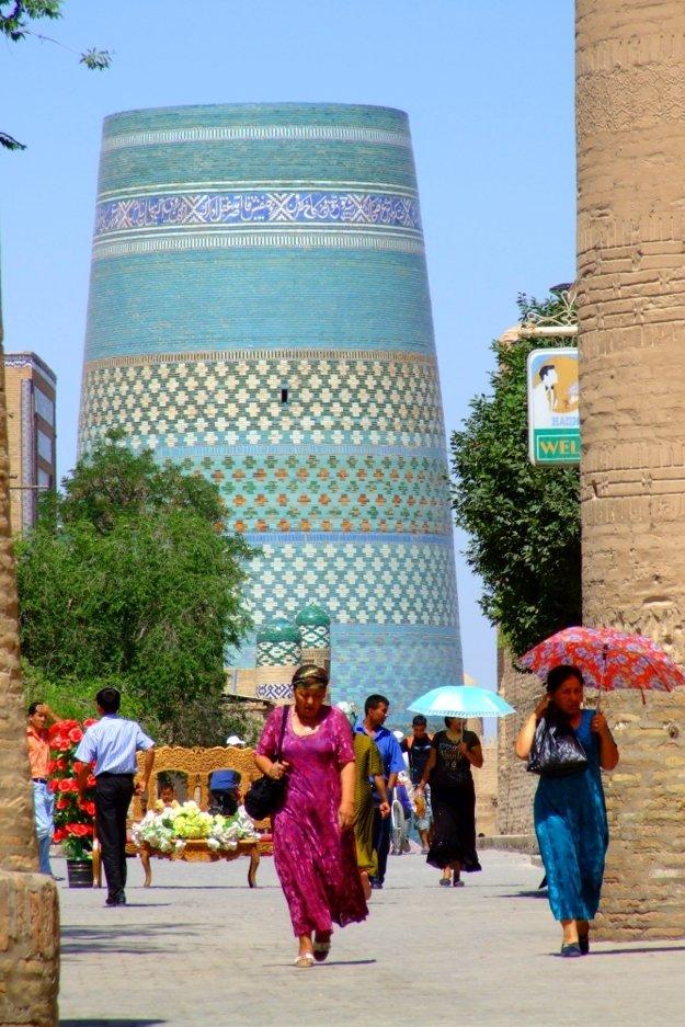 Minaret Kalta Minor stojí na hlavnej tepne mesta.