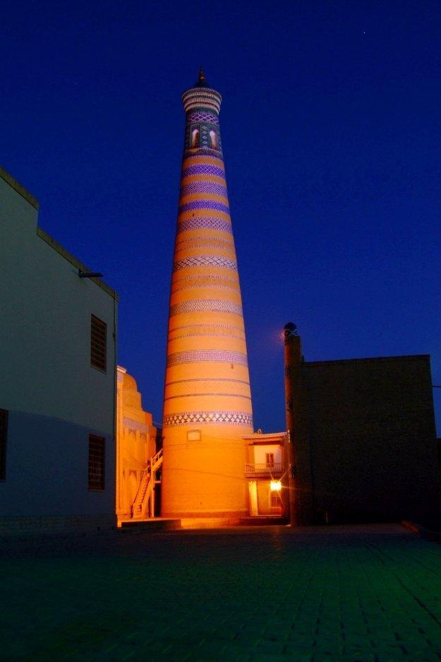 Noc pri minarete Islam Hodža.