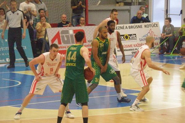 Agresívna obrana Komárňanov (v bielom) bola jedným z dôležitých atribútov, ktorá dopomohla vicemajstrovi k postupu do semifinále cez Levice.