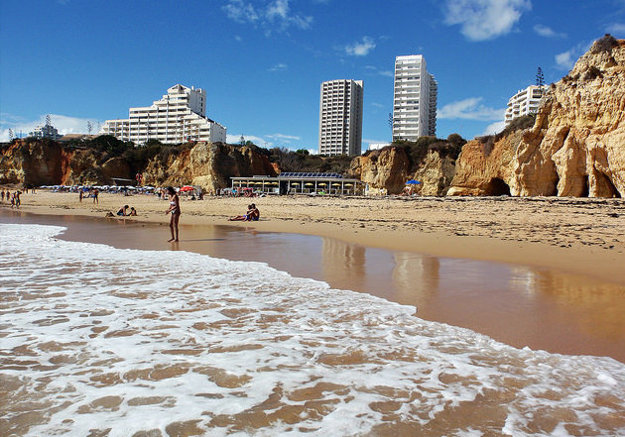 Typická pláž v regióne Algarve.