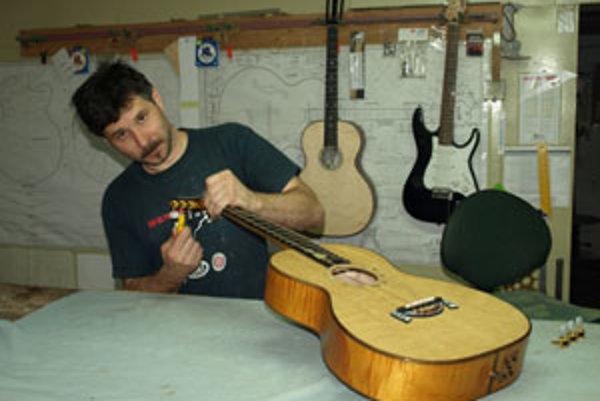 Milan Číž sa venuje výrobe gitár šestnásť rokov.