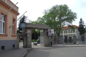 Starý vchod do nemocničného areálu na Špitálskej ulici.