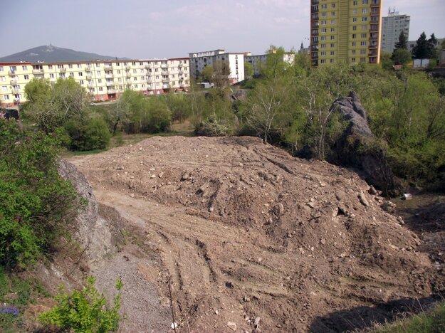 Táto zemina sem nepatrí. naviezli ju sem vlani na jeseň, práce sa dodnes nezačali.