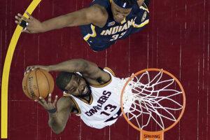 Basketbalisti Clevelandu Cavaliers zdolali v úvodnom zápase štvrťfinále play off Východnej konferencie zámorskej NBA Indianu Pacers tesne 109:108 a ujali sa vedenia v sérii.