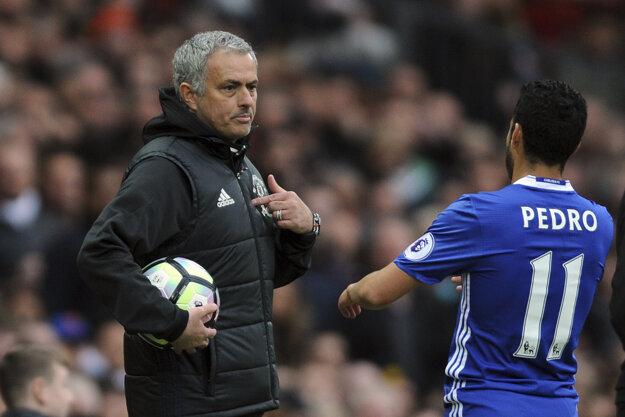 Zverenci Joseho Mourinha (vľavo) zdolali hráčov Chelsea.