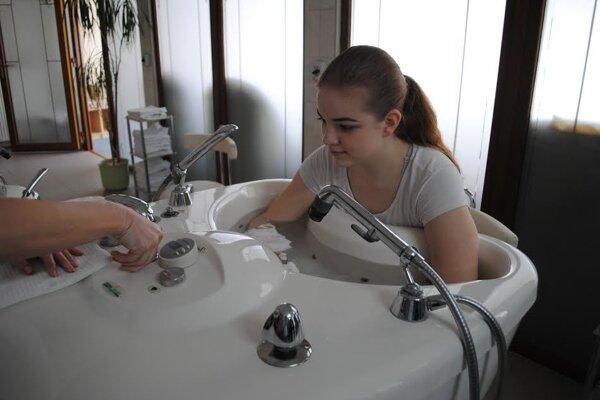 Niektoré procedúry si študenti vyskúšali na vlastnej koži.