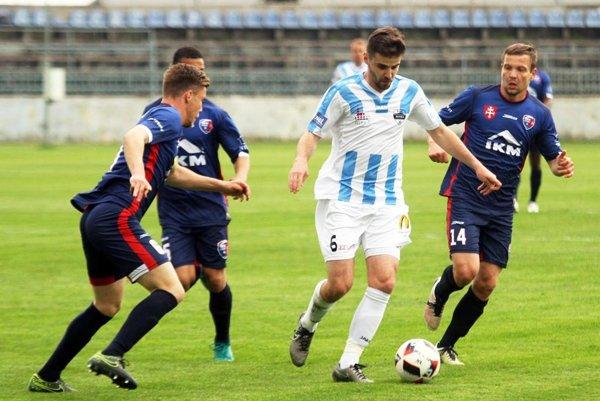 Márius Charizopulos strelil prvý gól a pred druhým vyrobil penaltu. Na snímke sú s ním dvaja odchovanci Nitry - vľavo Igor Kotora, vpravo Denis Čery.