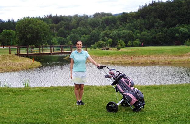 Ako golfistka na greene v Čechách.