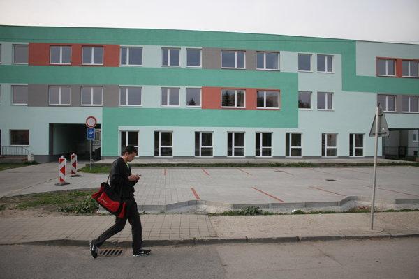 Budova sa nachádza na Komenského ulici, firma vnej vybudovala 24 bytov.