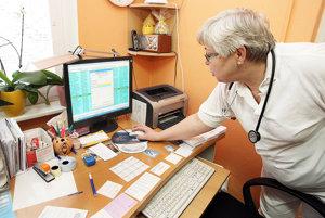 Lekárov dnes zaťažuje aj administratíva. Počítače im ale veľmi pomáhajú.