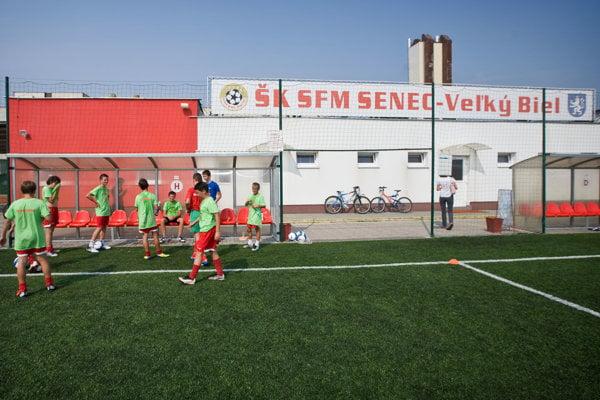 Športový klub Senec dostal v roku 2008 na výstavbu ihriska z Nórskych fondov 668-tisíc eur.