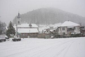 Dedinky zasypal aprílový sneh.