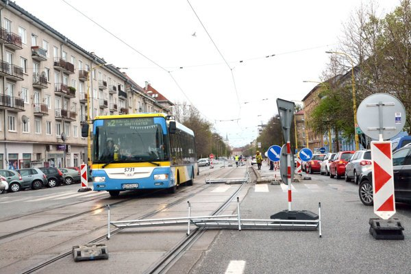 Autobus na Komenského. V tejto časti ulice nemali autobusy MHD vôbec premávať. Ale musia, lebo cez bočné ulice by neprešli.