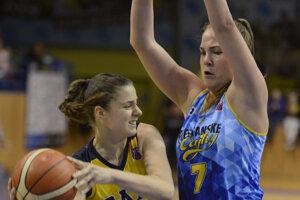 Hráčka Košíc Barbora Bálintová (vľavo) sa pokúša prihrať loptu cez brániacu Rebeku Mikulášikovú.