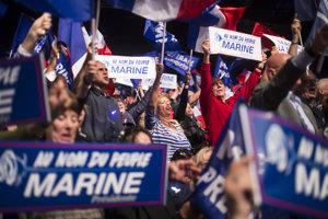 Marine Le Penová dokázala na mítingu v Marseille strhnúť davy.