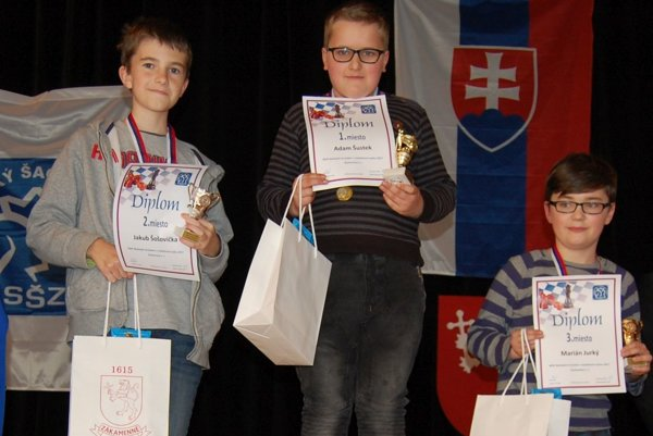 Na jednotlivých šachovniciach zvíťazil Adam Šustek (v strede). Na treťom mieste skončil Marián Jurky (vpravo).