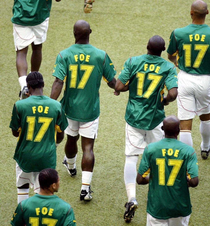 Hráči vybiehajú na trávnik v drese s menom Foe.