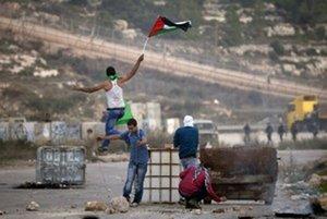 Palestínski tínedžeri na kontrolnom stanovišti neďaleko mesta Ramalláh na západnom brehu.
