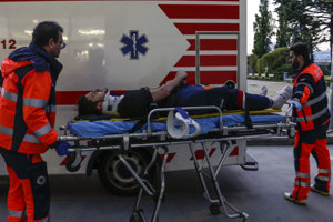 Zdravotníci nakladajú Libora Hudáčka do sanitky po tom, ako sa zranil počas súboja Slovensko - Fínsko.