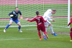 Laci Szöcs strieľa úvodný gól stretnutia.