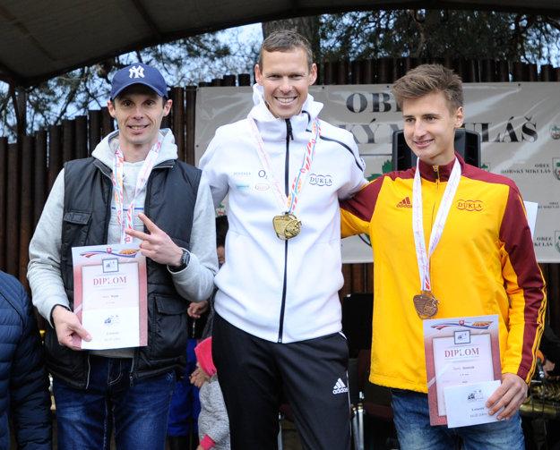 Zľava: Milan Rizejk, Matej Tóth a Dominik Černý počas vyhlasovania výsledkov M-SR v chôdzi mužov na 20 km.