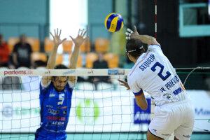 Na snímke z druhého zápasu série Valdir Sequeira (vpravo) z Prievidze smečuje v súboji proti Nitre.