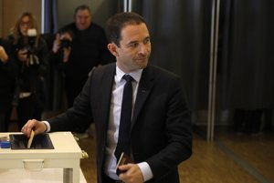 Prezidentský Benoit Hamon vhadzuje volebný lístok do urny.