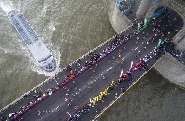 Bežci prebiehajú cez londýnsky Tower Bridge.