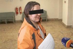 Dcéra odchádza zo súdu. Dostala podmienku azákaz šoférovania.
