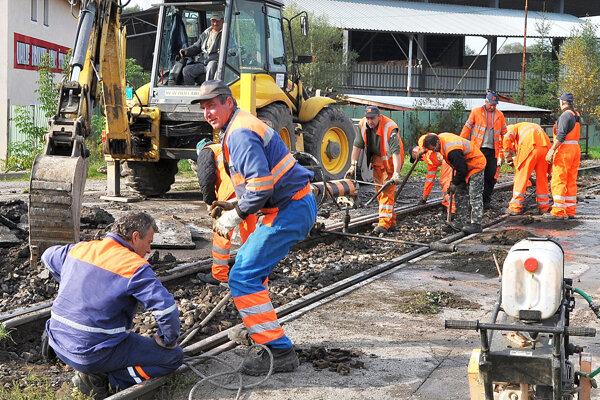 Železničiari opravia trať v Krásnej Hôrke.