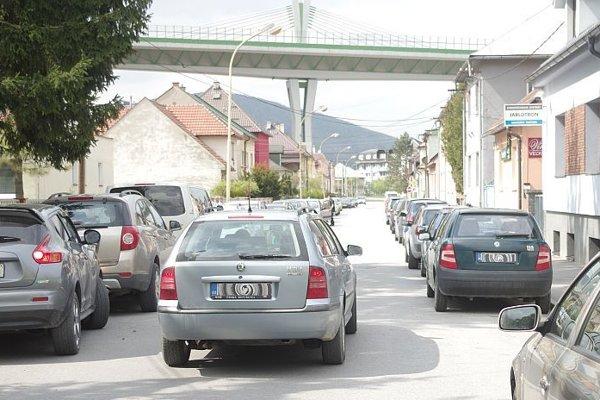 Ulica je ťažko prejazdná pre zaparkované autá.