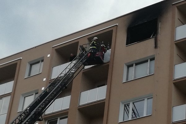 Hasiči sa do bytu snažili dostať po rebríku.