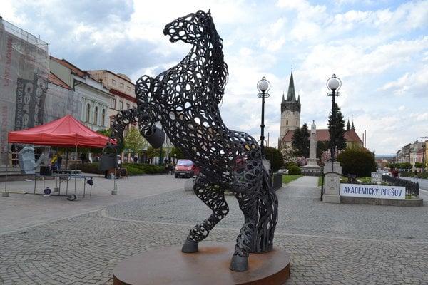 Prešovský kôň je obľúbeným dielom na námestí. Sťažovateľka tvrdí, že sa oň potkla.