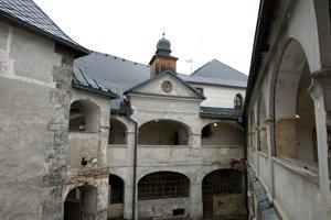 Horné nádvorie pred obnovou.