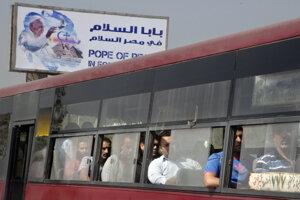 Pápež mieru, píše sa na bilborde, ktorý víta Františka v Egypte.