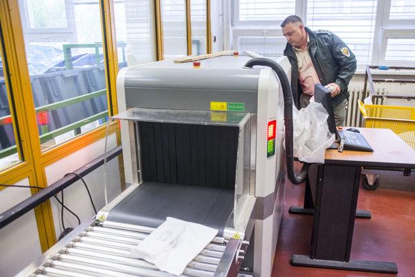 Moderný skener poštových zásielok používa aj Finančná správa. Rozozná výbušniny, narkotiká či ožiarenie.