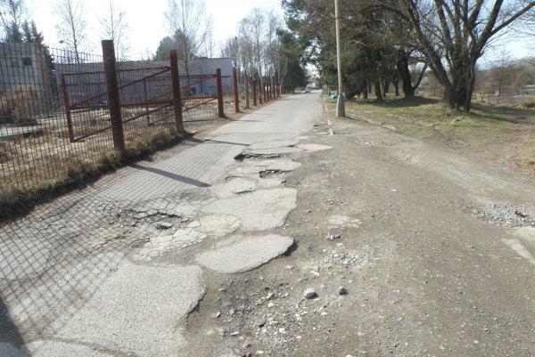 Cesta na Ulici olympionikov. Aj na jej zlý stav upozornili prievidzskí seniori.