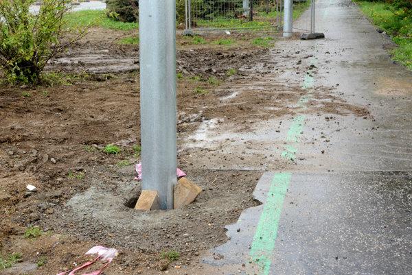 Cyklochodník. Už aj tak úzky pás pre bicykle (ľavá časť chodníka) ešte zúžili stĺpy.