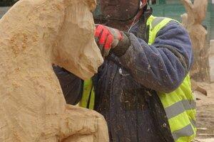 Z dreva postupne vzniká pekná socha.