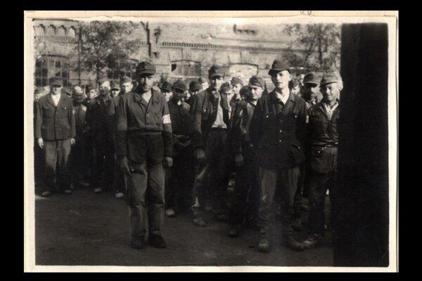 Muži zo zajateckého tábora.