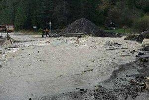 Prívalová vlna zo Svidovského potoka poškodila cestný most. Čertovica je preto stále zatvorená.