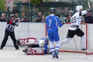 Marek Škadra sa teší z piateho gólu Skalice proti Martinu v 4. semifinále hokejbalovej extraligy.