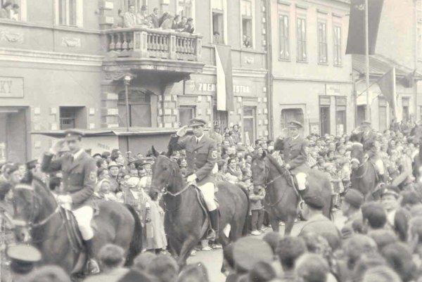 Jazdecký oddiel v uliciach Liptovského Mikuláša.