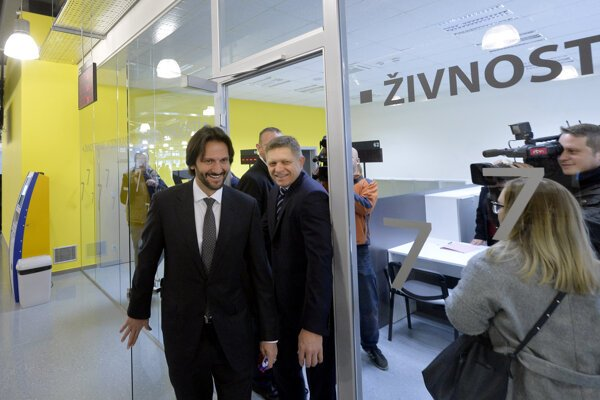 Z otvorenia klientskeho centra na Tomášikovej ulici v Bratislave 31. januára 2016. Na snímke minister vnútra Robert Kaliňák (vľavo) a premiér Robert Fico.