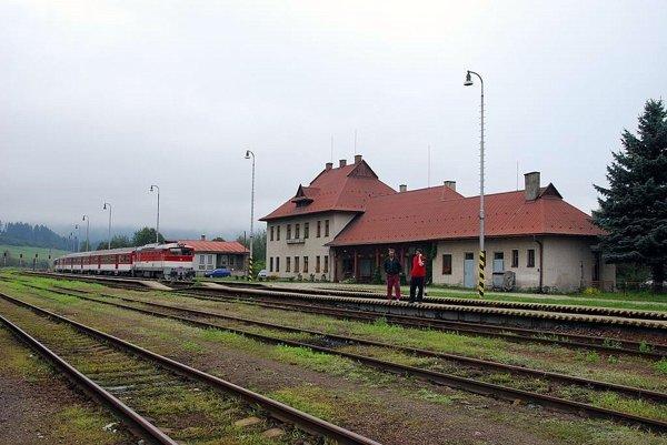Stanica Horná Štubňa. Cestujúci namiesto do vlakov nastúpia zajtra do autobusov.
