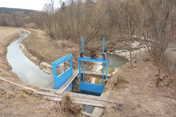 Rozdeľovací objekt. Vľavo prítok na turbínu, vpravo koryto potoka.