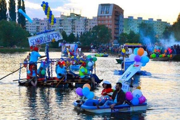 Košické Benátky začnú v sobotu o 19.30 hod. na košickom jazere. Na snímke momentka z predošlých ročníkov.